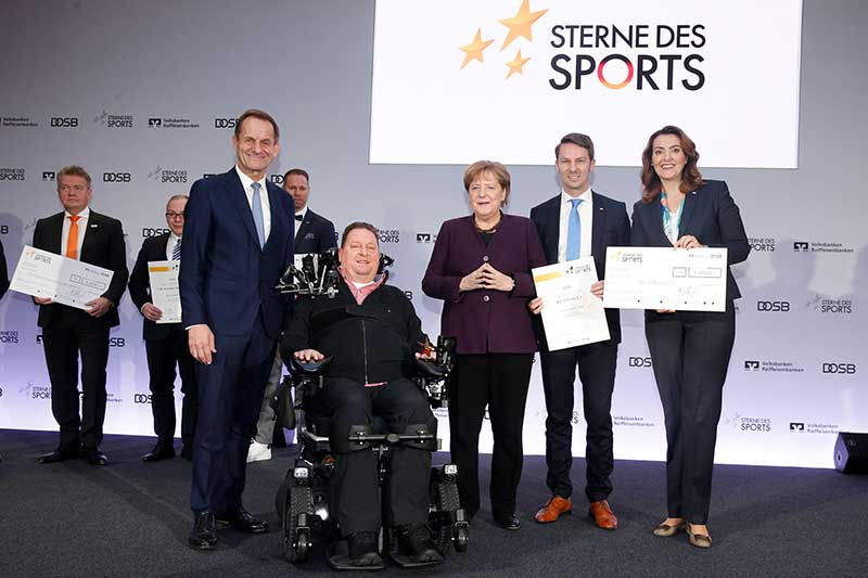 Vorstand Schwarzkopf bei der Preisverleihung mit Bundeskanzlerin Merkel